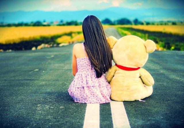 girl-sad-road-w091-715x500-mm-100